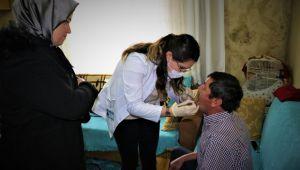 Evden çıkamayan hastanın diş muayenesi ayağına geldi
