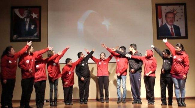 Özel Öğrenciler Çanakkale Şehitlerini Anlamlı Gösterile Andı