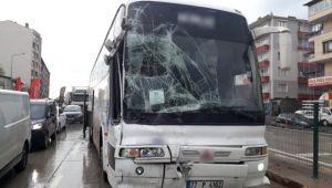 Kayganlaşan Yolda Otobüs Midibüse Çarpıştı: 3 Yaralı