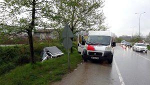 Minibüse Çarpan Kamyonet, Su KanalınaDevrildi: 1 Yaralı