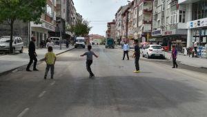 1 Mayıs Kutlamaları İçin Caddenin Trafiğe Kapatılması Çocuklara Yaradı