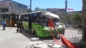 Kocaeli Freni boşalan halk otobüsü binaya çarptı