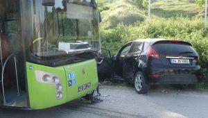 Otomobil ile otobüs kafa kafaya çarpıştı: 2 yaralı