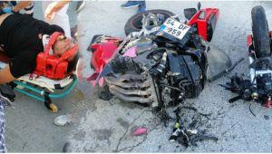 Otomobille çarpışan motosiklet ikiye bölündü! 2 Yaralı