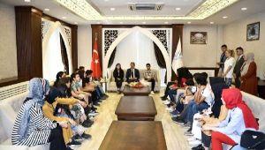 Kocaeli'den Hakkari'ye giden öğrenciler Vali Akbıyık'ı ziyaret etti