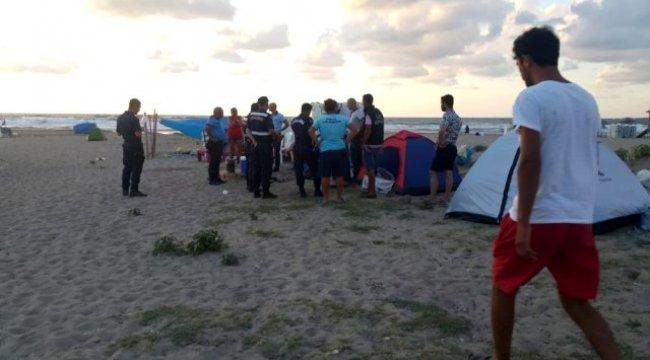 Yüzmenin yasaklandığı denize giren dayı öldü, yeğeni hastanelik oldu