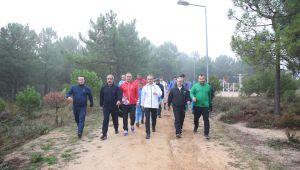 Çiftçi'den sporcularla sabah yürüyüşü