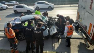 Anadolu Otoyolu'nda otomobil tıra çarptı: 3 yaralı