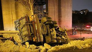 Zeytinyağı yüklü kamyon devrildi: 1 yaralı