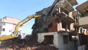 Çayırova Belediyesi yıkıma geçti