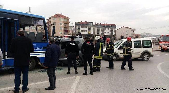 Darıca'da Öğrenci midibüsü ile hafif ticari araç çarpıştı: 27 yaralı