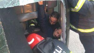 Sıkışan sürücüyü Büyükşehir itfaiyesi kurtardı