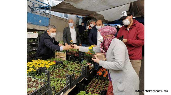 Başkan Şayir, vatandaşlara çiçek tohumu dağıttı