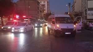 Gebze'de işçi servisi ile otomobil çarpıştı: 1 yaralı