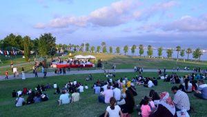 Sosyal mesafeli açık hava konseri düzenlendi