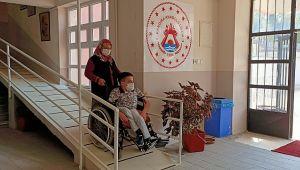 Öğrencileri için okula engelli rampası yaptılar