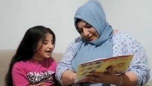 Uzaktan eğitim alan kızıyla birlikte okuma yazma öğrendi