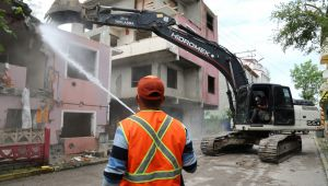 Hasarlı binalar yıkıldı