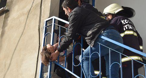 Kafası Merdiven Korkuluklarına Sıkışan Çocuğu İtfaiye Kurtardı